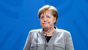 Angela Merkel blickt entnervt drein