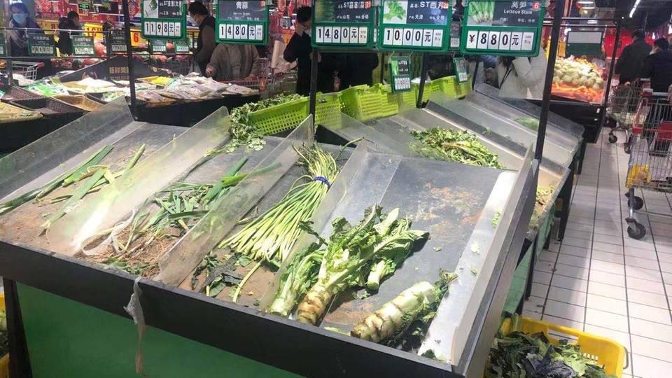 Leere Auslagen in einem Supermarkt