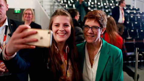 Selfie mit AKK: Eine junge Frau fotografiert sich selbst mit Annegret Kramp-Karrenbauer