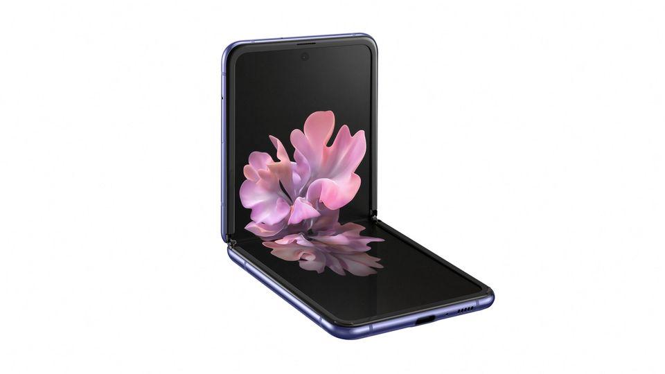 Das Galaxy Z Flip lässt sich bei Nichtbenutzung einfach zusammenklappen. Außen weist ein Minidisplay auf Anrufe und Notification hin