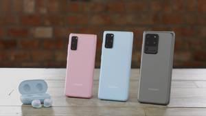 Neben dem Galaxy S20, dem Galaxy S20 Plus und dem Galaxy S20 Ultra (von links) stellte Samsung auch noch eine neue Variante seiner Kopfhörer vor. Viel spannender war aber das neue Klappsmartphone Galaxy Z Flip (Bild unten im Text)