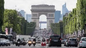 Dutzende Autos verstopfendie Champs-Elysees unweit des Arc de Triomphe