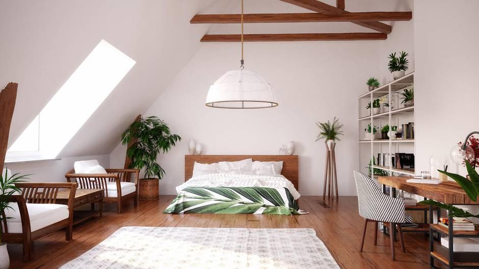 Wichtig ist es, die Proportionen des Raums zu erkennen. Ist die Decke niedrig, lohnen sich zimmerhohe Schränke - das streckt auch optisch den Raum. Ist der Raum eher ein Schlauch sollte das Bett oder ein Regal diesen Eindruck brechen. Bei sehr hohen Altbaudecken strukturieren Sie mit Farbe denRaum. Wer über ein sehr großes Schlafzimmer verfügt, kann auch wuchtigere Möbel wählen, um den Turnhallen-Effekt zu mildern.