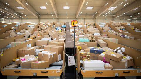 Pakete liegen in einem Paketzentrum von Deutsche Post und DHL