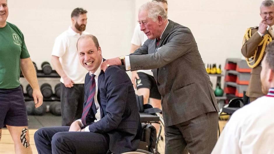Lacher beim Basketball: Prinz William versucht erfolglos aus Rollstuhl einen Korb zu werfen – dann hilft Papa Charles nach