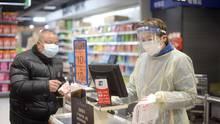 Nur, wer es nicht vermeiden kann, geht in Wuhan noch in einen Supermarkt - und dann mit möglichst gutem Schutz vor dem Coronavirus