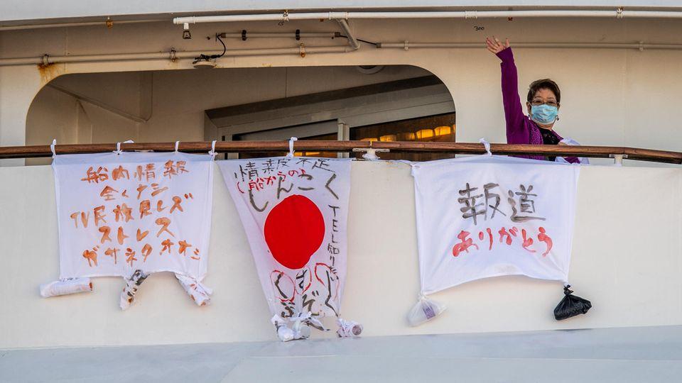 """Banner wurden am Deck der """"Diamond Princess"""" befestigt"""