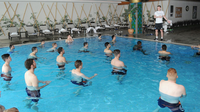 Aquajogging: Spieler des Karlsruher SC trainieren im Hotelpool