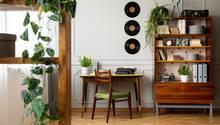 """Holz ist zurück - und wird nun kombiniert. Um die natürlichen Farben zu unterstreichen, werden die Brauntöne kombiniert, sagteLinda Boronkay, Design Director beiSoho House, zur """"Vogue"""". Und zwar mit """"Pflaumenblau, Rostrot, Koralle, Aubergine, einem modernen Limettengrün und altem Gold. Diese verleihen dem Interior einen 70er-Vibe im Look and Feel."""""""