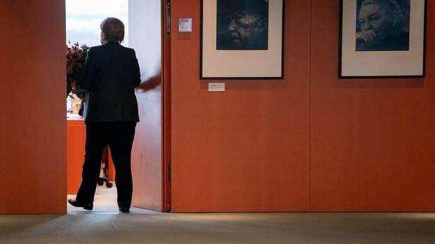 Bundeskanzlerin Angela Merkel (CDU) geht zurück in ihr Büro