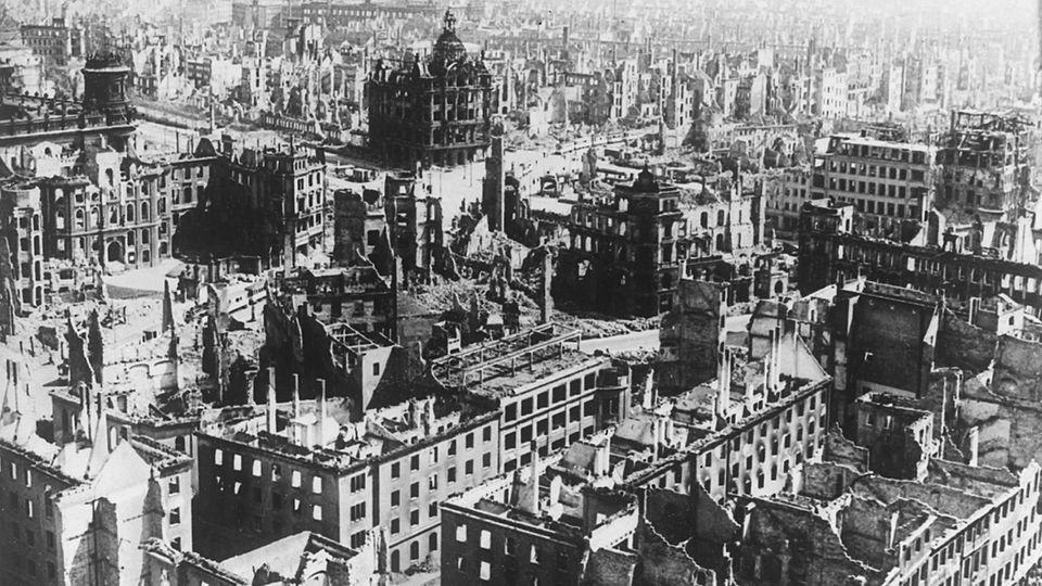 Blick auf das fast völlig zerstörte Stadtzentrum von Dresden