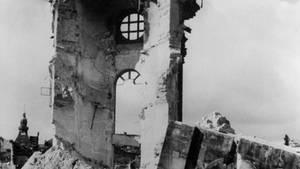 Die Reste der Frauenkirche nach dem Bombenangriff amerikanischer und britischer Flugzeuge auf Dresden am 14. Februar 1945