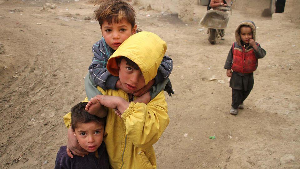 Afghanische Kinder in einem Flüchtlingscamp in Kabul