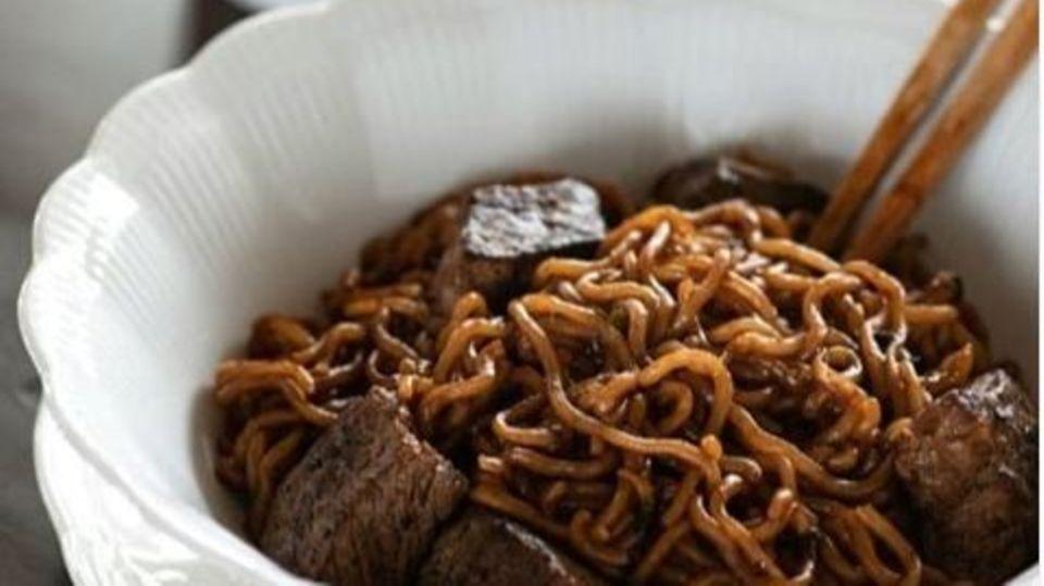 """Das Gericht """"Ram-Don"""" heißt in der koreanischen Küche eigentlichJjapgauri und ist eine Kombination aus zwei verschiedenen Instant-Nudeln. In den sozialen Netzwerken gibt es seit dem Erfolg des koreanischen Films """"Parasite"""" immer mehr Rezepte dazu. Wie dieses hier vom Foodblog """"Korean Bapsang"""""""