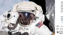 Ein Nasa-Astronaut schwebt mit Fotoapparat und Raumanzug im All