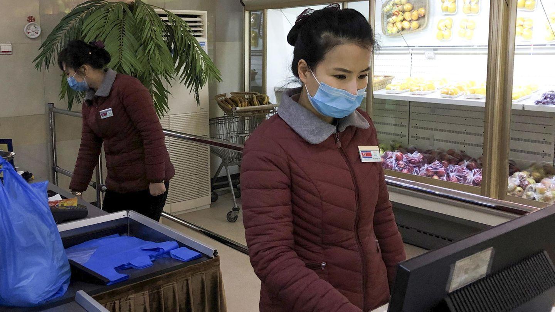 Mitarbeiterinnen in einem Supermarkt in Pjöngjang tragen Mundschutz