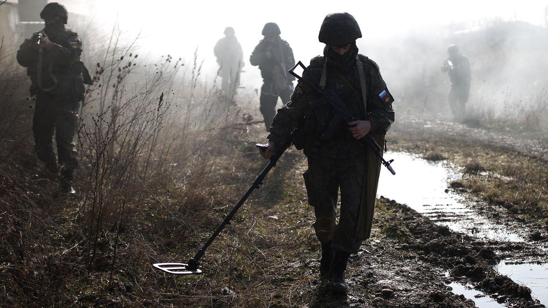 Russische Truppen üben den Einsatz in Minen verseuchten Gebieten.