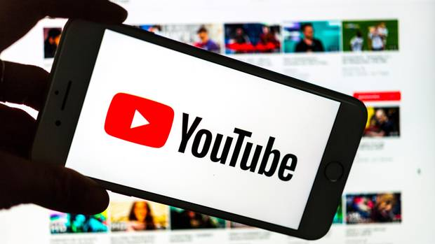 Das Youtube-Logo auf einem Smartphone