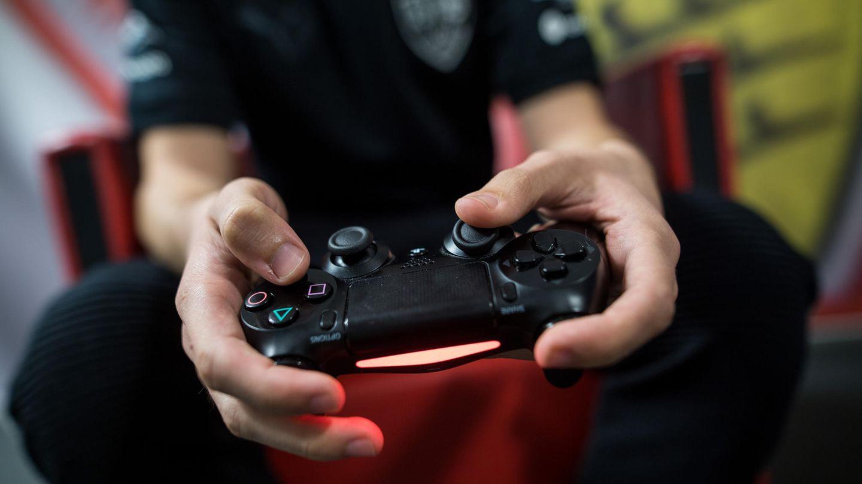 Gamer: Ein E-Sportler trainiert auf der Playstation 4