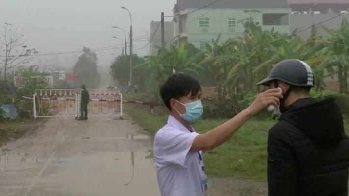 Zwei asiatische Männer mit Mundschutz