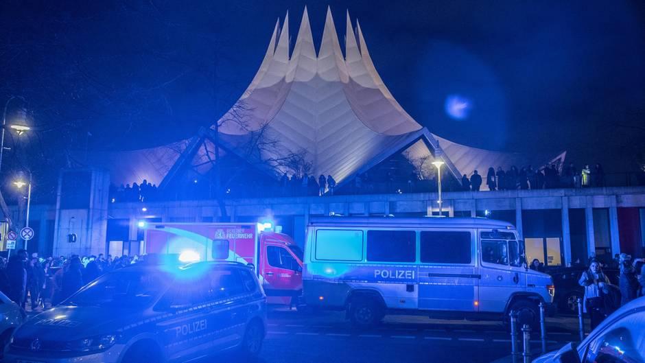 Großaufgebot der Polizei: Ein Toter, vier Verletzte: Schießerei am Berliner Tempodrom