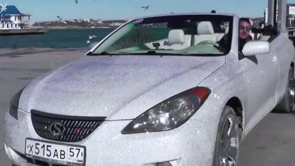 Mann verziert Auto mit 400.000 Strasssteinen