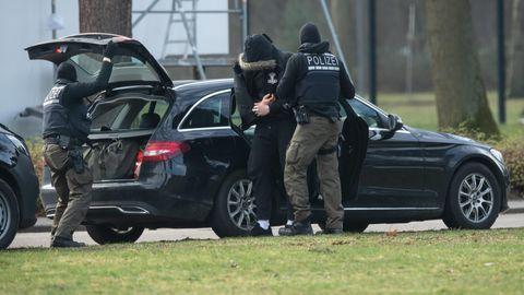 Eine mutmaßliches Mitglied einer rechten Terrorzelle wird in Karlsruhe zum Bundesgerichtshof gebracht
