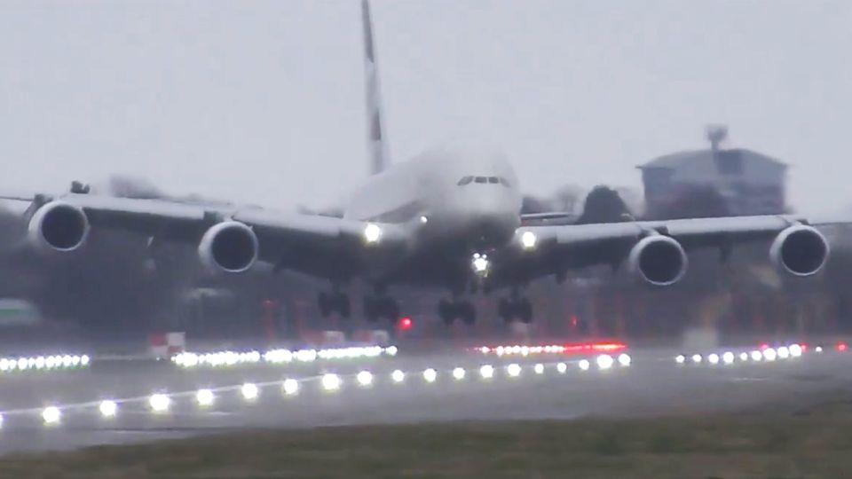 """Sturm """"Victoria"""" macht Airbus die Landung schwer."""