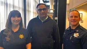 TaxifahrerRajbir Singh (M.) mit Megan Harrigan undCapt. Josh Simon vomRoseville Police Department