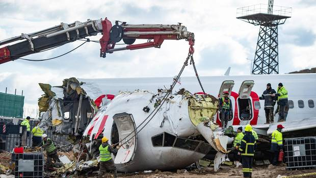 Bergung der Boeing 737-800 von Pegasus Airlines, die nach der Landung in Istanbul am 5. Februar in drei Teile zerbrochen war.