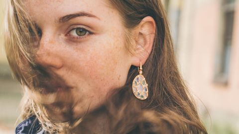 Modeschmuck Blei und Cadmium: Eine Junge Frau trägt Ohrringe