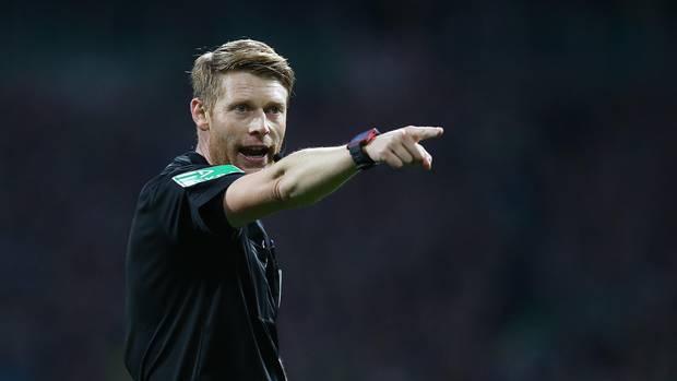 sport kompakt: Christian Dingert während eines Bundesliga-Spiels