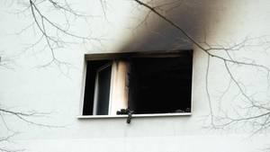 Nachrichten aus Deutschland: Fenster eines Wohnhauses, das deutliche Spuren eines Feuers zeigt