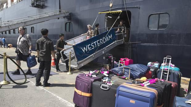 """Erste Passagiere gehen inSihanoukville in Kambodscha von Bord der """"MS Westerdam"""""""