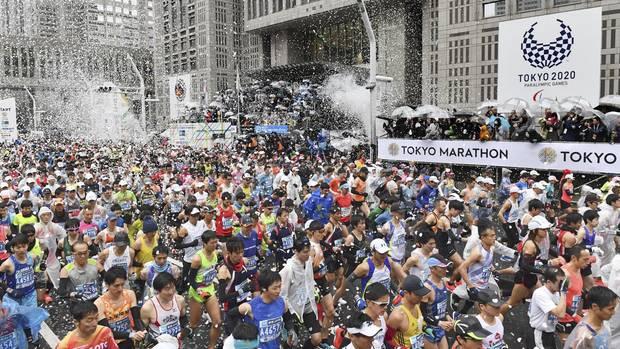 03.03.2019: Der jährliche Marathon von Tokio beginnt vor dem Tokyo Metropolitan Government Building im Bezirk Shinjuku