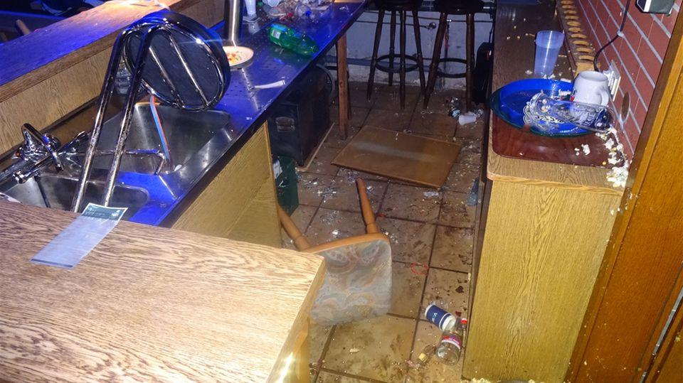 Nachrichten aus Deutschland: Flaschen, Gläser und Mobiliar liegen in dem verwüsteten Vereinsheim