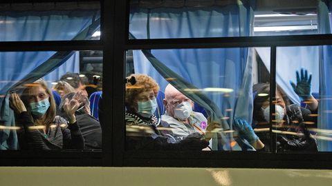 "Passagiere verlassen die ""Diamond Princess"""