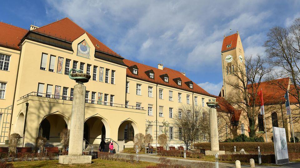 Bayern, München: Haupteingang des Klinikums Schwabing