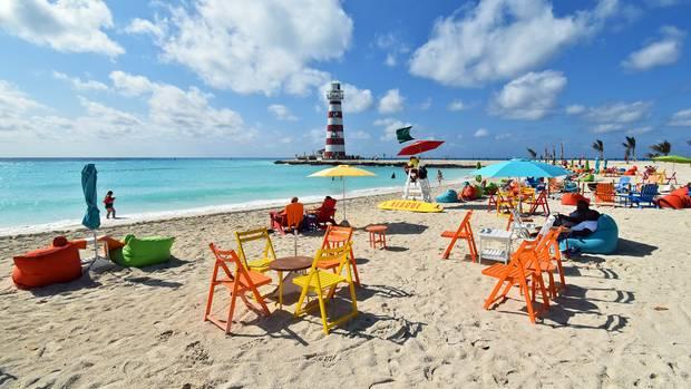 Der Strand an der Lighthouse Bay mit dem 30 Meter hohen Leuchtturm von Ocean Cay