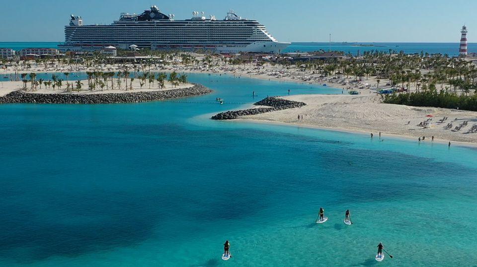 Ein Kreuzfahrtschiff von MSC liegt vor Ocean Cay, Bahamas.