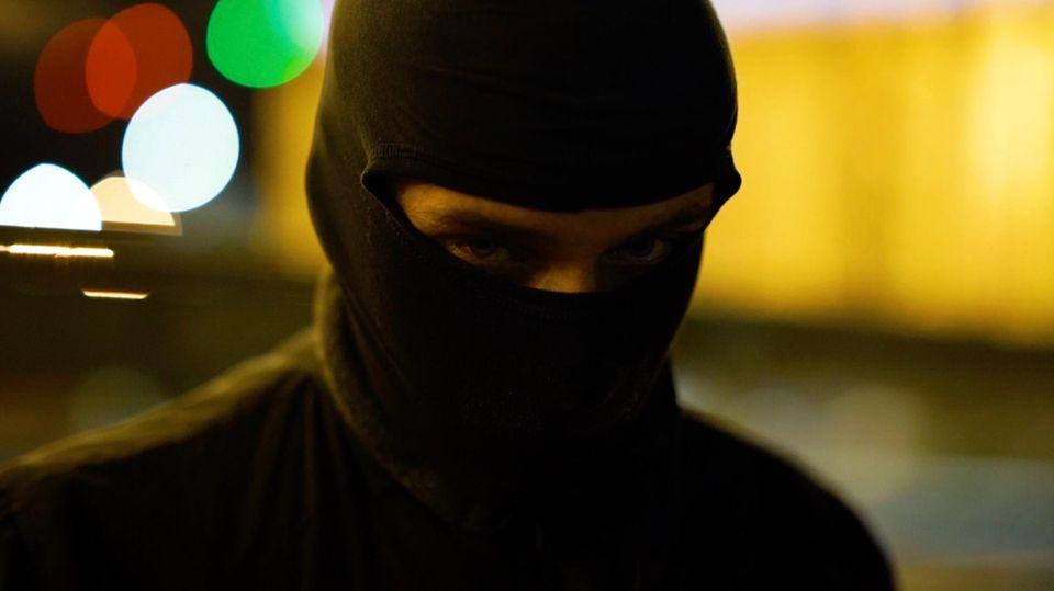 Person mit Sturmmaske