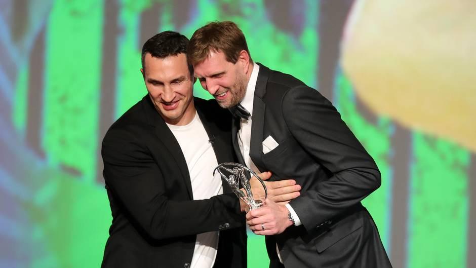 Wladimir Klitschko (l.) gratuliert Dirk Nowitzki auf der Bühne der Laureus Awards in Berlin
