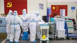 Mitarbeiter in provisorischem Krankenhaus in Wuhan