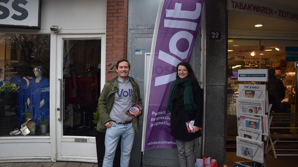 Philipp Fontaine und Mira Alexander stehen in einer Fußgängerzone und machen Werbung