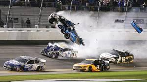 sport kompakt: Nach dem Crash in der letzten Runde wird das Auto von Ryan Newmann durch die Luft gewirbelt