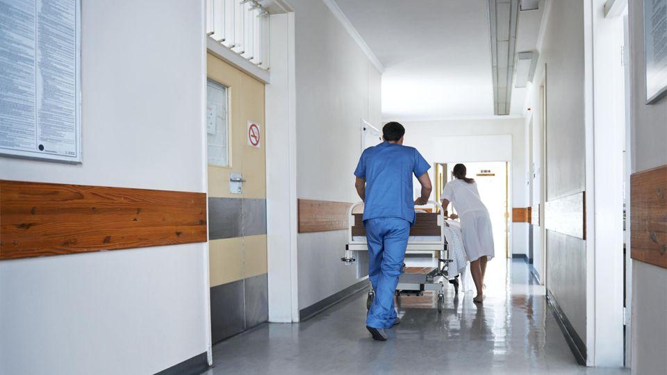 Pfleger als Symbolfoto für eine kollektive Kündigung am Vivantes Auguste-Viktoria-Klinikum in Berlin