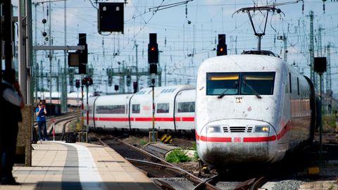 Ein Intercity-Express (ICE) der Deutschen Bahn (DB) fährt in den Hauptbahnhof in Frankfurt am Main