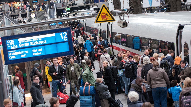 Gedränge auf einem Bahnsteig am Hamburger Hauptbahnhof: In den ersten vier Wochen 2020 stieg die Zahl der Reisenden von 11 auf 12,2 Millionen.