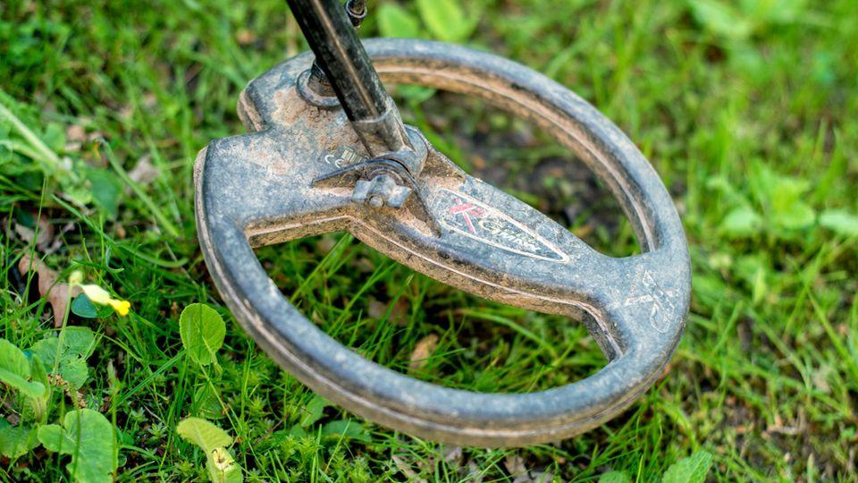 Mithilfe eines Metalldetektors fand ein Finne einen jahrzehntelang verschollenen Ring