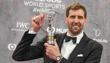 """Dirk Nowitzki hält im Rahmen der Verleihung der Laureus Sport Awards die Trophäe in der Kategorie """"Lifetime Achievement""""."""